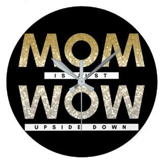 La maman scintillante mignonne est juste wouah grande horloge ronde