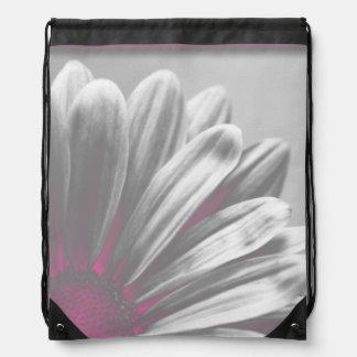 La marguerite rose accentue le sac à dos de cordon