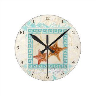 La mer d'étoiles de mer écosse la plage grecque de horloge ronde