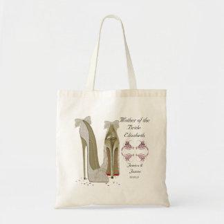 La mère du mariage de jeune mariée chausse le sac