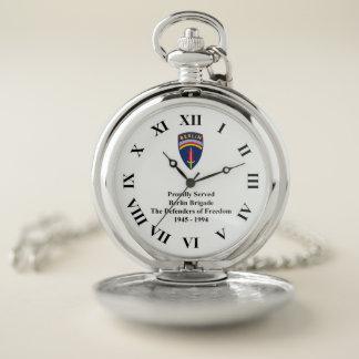 La montre de poche fièrement servie de brigade de