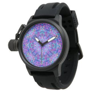 La montre vintage des hommes pourpres et bleus de