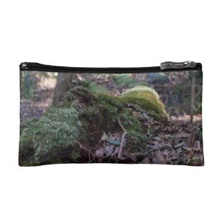 La mousse a couvert l'arbre tombé dans un sac de
