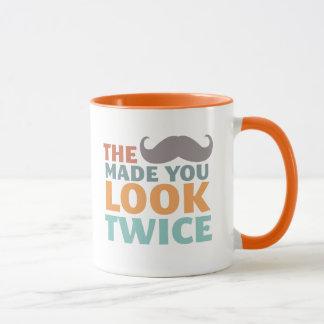 La moustache vous a incités à sembler la tasse