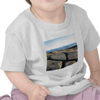 La nature bascule le granit de surface de plage de t-shirts