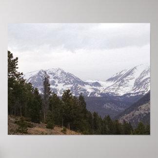 La neige a couvert des montagnes, à travers la poster