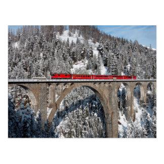 La neige rouge de pin de train a couvert des carte postale
