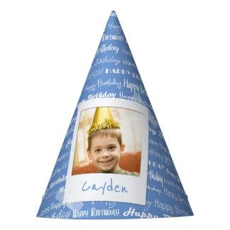 La partie bleue de motif de joyeux anniversaire chapeaux de fètes