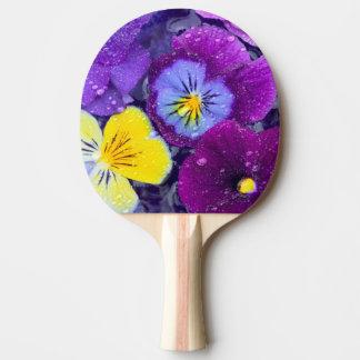 La pensée fleurit le flottement dans le bain raquette tennis de table