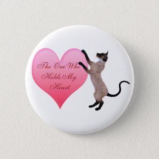 La personne qui tient mon bouton de coeur badge