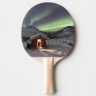 La personne se tient en porte du cabine 2 de bluff raquette tennis de table