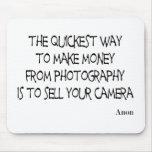 La photographie cite le mousepad tapis de souris