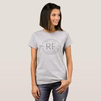 La pièce en t des femmes de base en avant de t-shirt