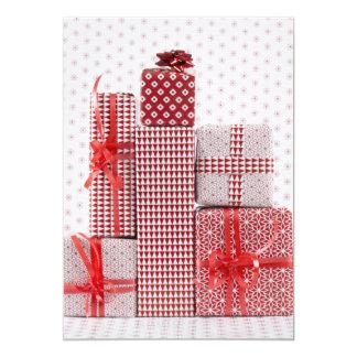 La pile de rouge modelée a enveloppé des présents carton d'invitation  12,7 cm x 17,78 cm