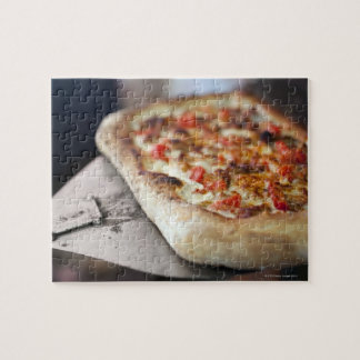 La pizza avec des tomates, l'ail et la viande puzzle
