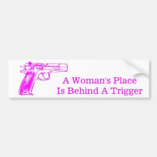 La place d'une femme est derrière un déclencheur autocollant de voiture