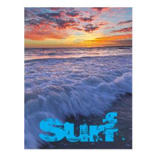La plage surfante ondule au coucher du soleil carte postale
