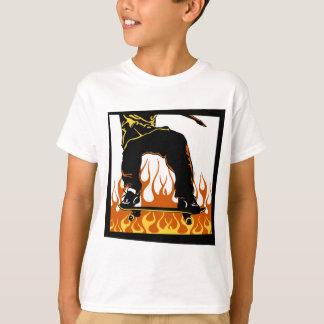 La planche à roulettes flambe le T-shirt