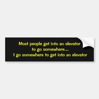La plupart des personnes entrent dans un ascenseur autocollant de voiture
