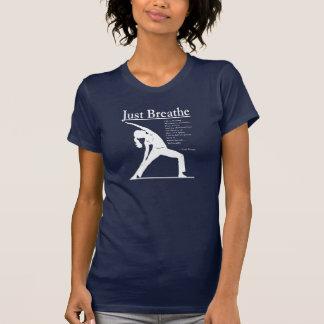 La pose inverse de yoga de yoga respirent juste t-shirt
