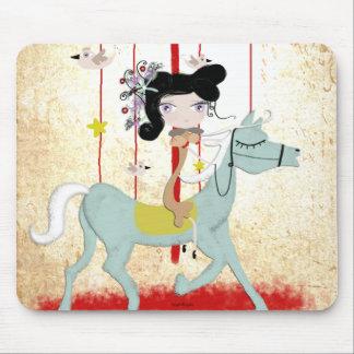 La poupée de cheval d'oiseau de carrousel badine l tapis de souris