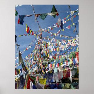 La prière bouddhiste tibétaine marque la photo affiches