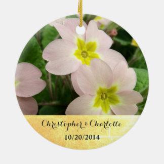 La primevère rose-clair fleurit le mariage fait ornement rond en céramique