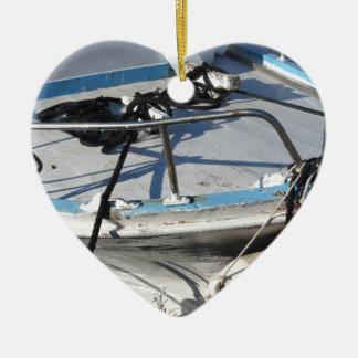 La proue du bateau de pêche a amarré dans le port ornement cœur en céramique