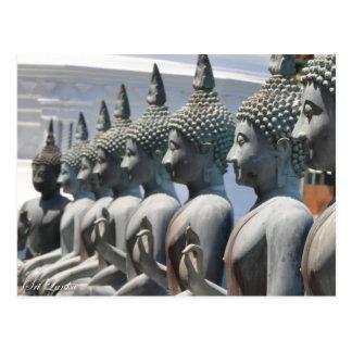 La rangée de Bouddha sculpte la carte postale