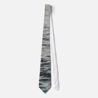 La réflexion de l'eau cravate