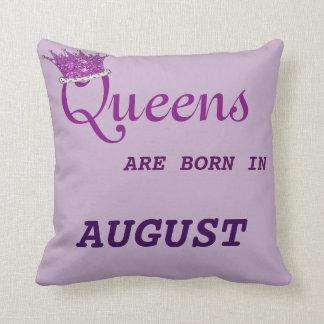 La Reine sont née dans des pourpres de coussin