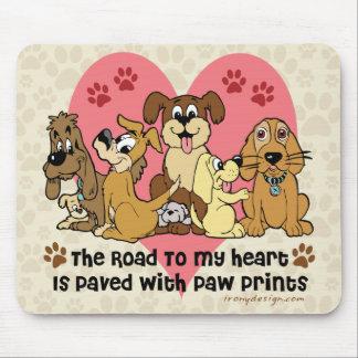 La route à mes empreintes de pattes de chien de tapis de souris