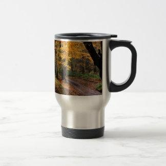 La route d'automne moins a voyagé mug de voyage