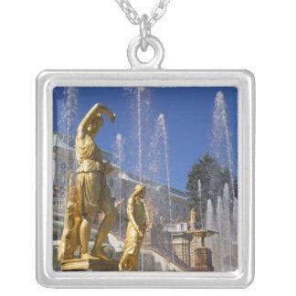 La Russie, St Petersburg, statues d'or dans Collier