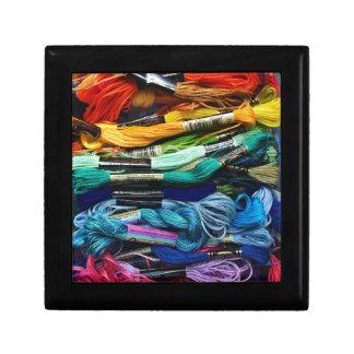 La soie | de broderie d'arc-en-ciel filète | petite boîte à bijoux carrée