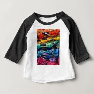 La soie   de broderie d'arc-en-ciel filète   t-shirt pour bébé