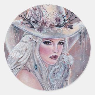 La sorcière blanche avec l'autocollant de corbeau sticker rond