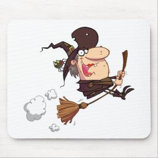 La sorcière de bande dessinée monte le balai tapis de souris