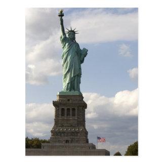 La statue de la liberté sur l'île de liberté dans carte postale