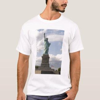 La statue de la liberté sur l'île de liberté dans t-shirt