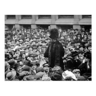 La suffragette frappe la rue : le début des années cartes postales