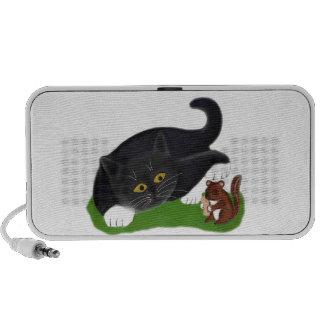 La tamia tient une arachide pendant que le chaton haut-parleur ordinateur portable