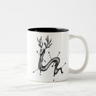 La tasse de café de serpent de cerfs communs
