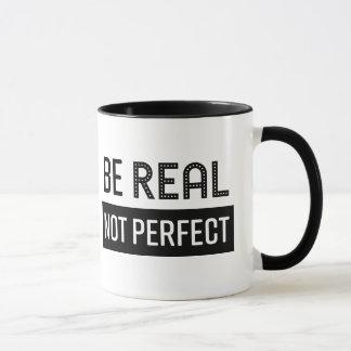 La tasse de café soit vraie pas se perfectionnent