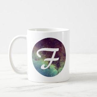 """La tasse nommée de la lettre """"F"""" avec la copie de"""