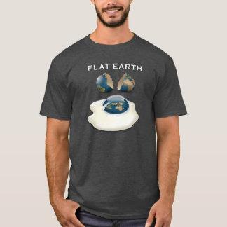 """La terre plate """"a fendu"""" le T-shirt foncé avec des"""