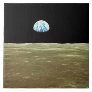 La terre se levant au-dessus de la lune grand carreau carré