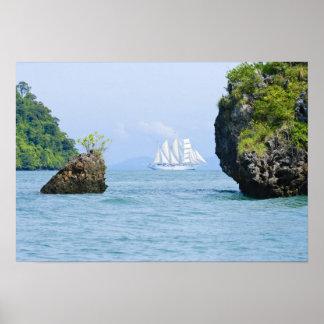 La Thaïlande, mer d'Andaman. Bateau de tondeuse de Posters