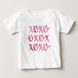 la typographie rose d'aquarelle de xoxo badine le t-shirt pour bébé
