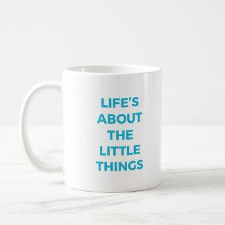 La vie au sujet de la petite tasse de choses